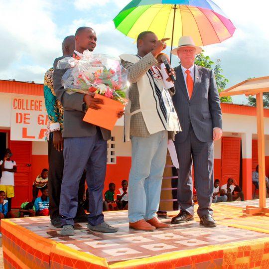 Afrika: Festivitäten auf einer kleinen Bühne vor einem südafrikanischen College