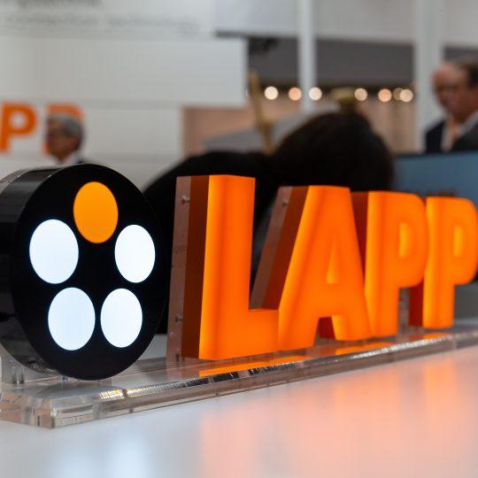 Das neue LAPP Logo aus Acryl steht auf einem Tisch