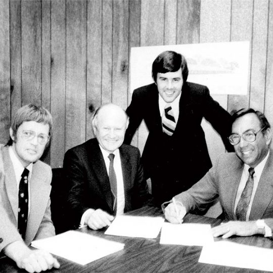 Vier Menschen unterzeichnen einen Vertrag in den USA, 1979