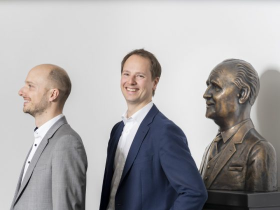 Matthias und Alexander Lapp besides the bust of the company founder, Oskar Lapp