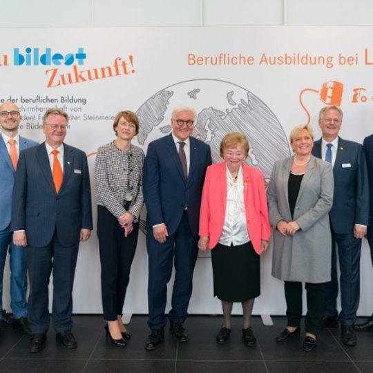 Federal President Steinmeier poses with members of the Lapp family for a souvenir photo