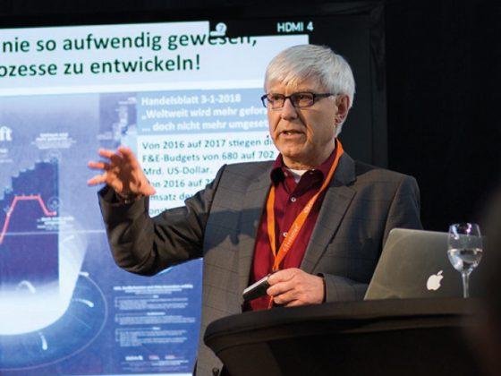 Dr. Ulrich Kern, Professor für Design und Management bei einem Vortrag.