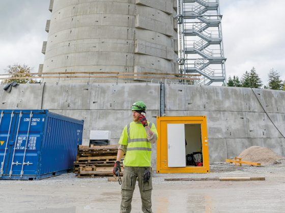 Construction workers in front of the natural energy storage in Gaildorf