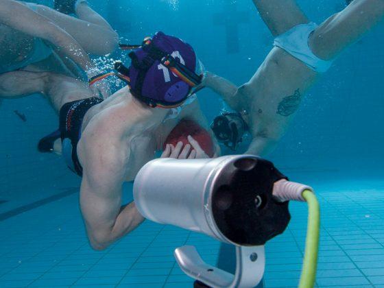 Es werden Spieler beim Unterwasserrugby gezeigt.