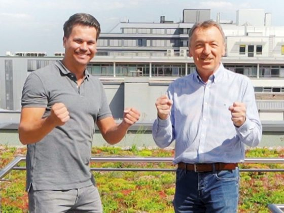 Product Managers at LAPP Benjamin Rentschler (left) and Daniel Müller (right) developed the round SKINTOP® MULTI-M. They are standing on the roof of LAPP and are happy.