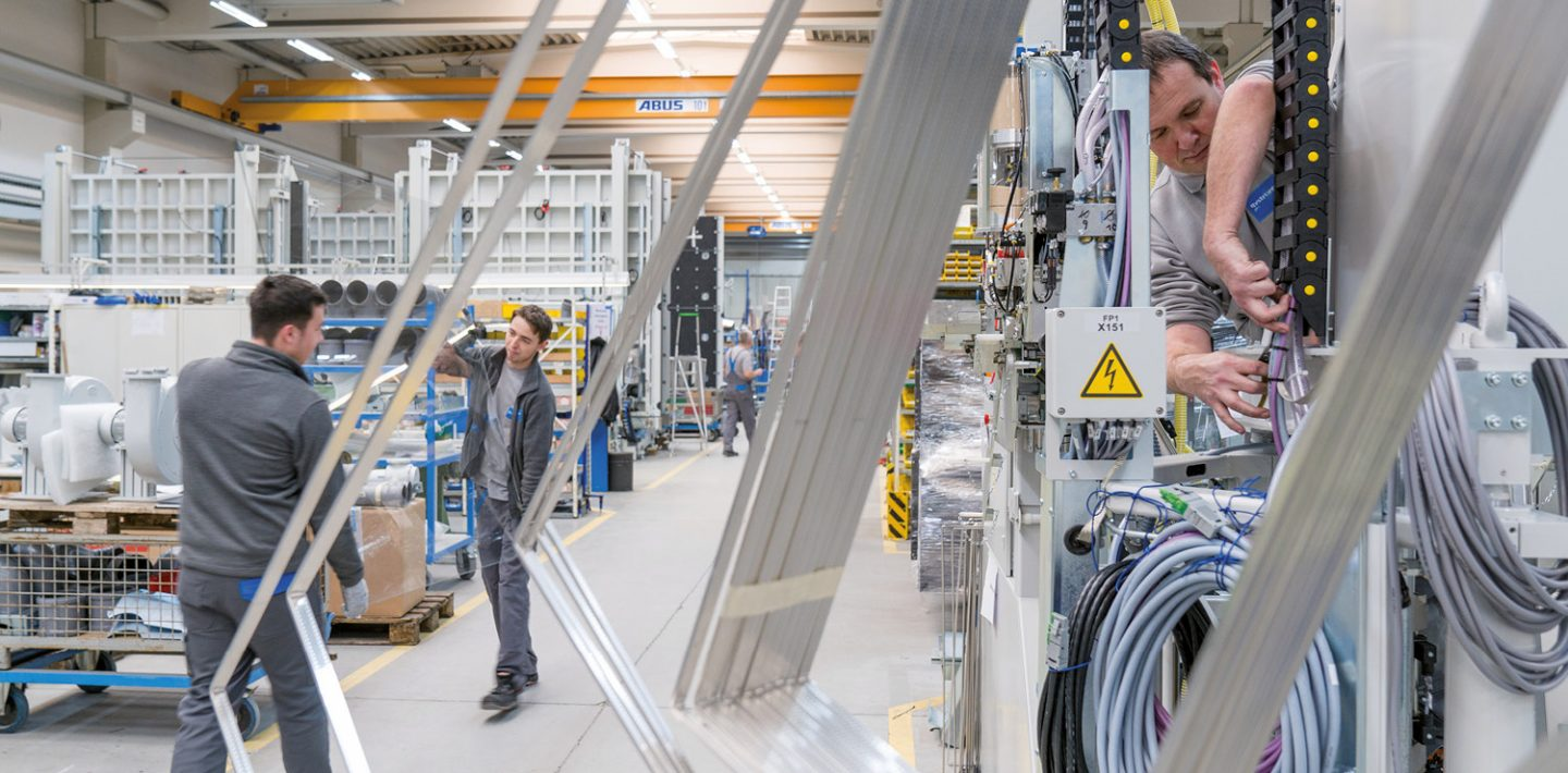 You can see the employees at work in the Bystronic glass production hall in Baden-Württemberg.