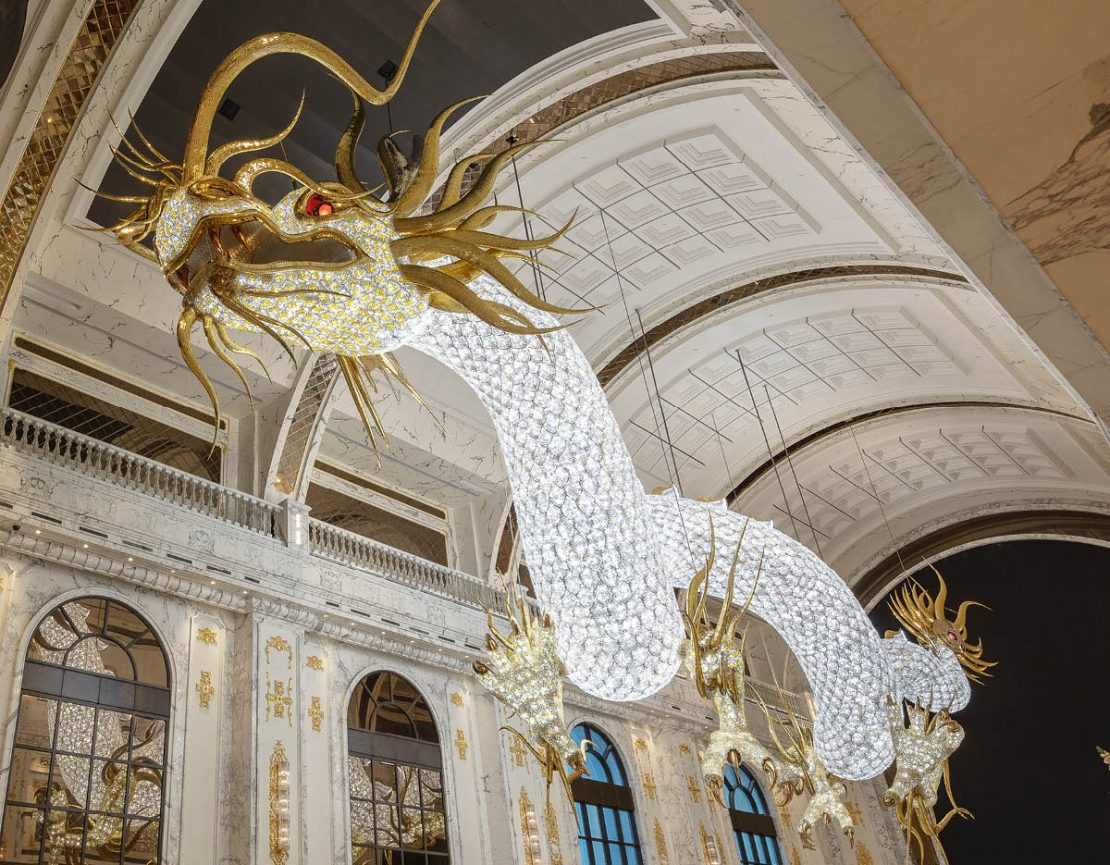 The picture shows one of the world's largest glass dragons.