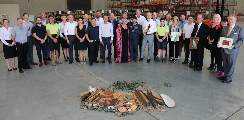 Auf dem Bild sieht man das Team von LAPP Australien mit Matthias, Andreas und Alexander Lapp in der Werkshalle.