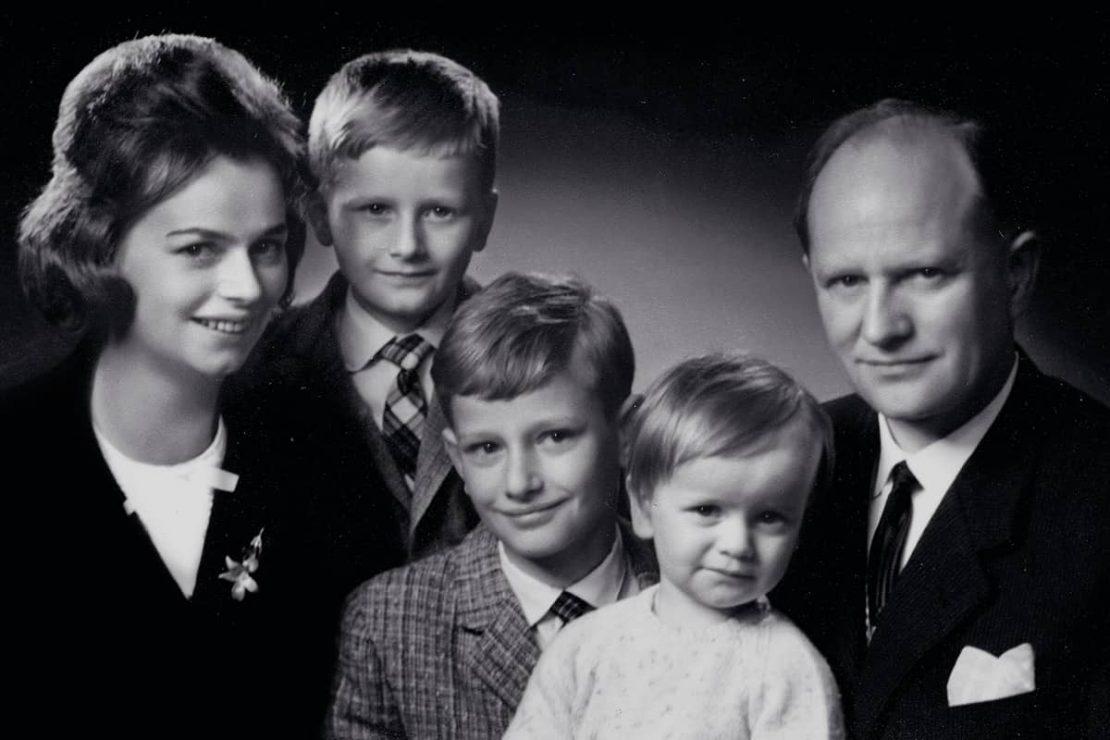 Auf dem Bild sieht man ein Familienfoto von Ursula Ida und Oskar Lapp mit ihren Kindern Andreas, Siegbert und Volker.