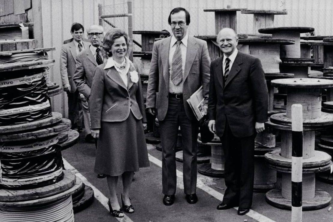 Auf dem Bild sieht man Ursula Ida und Oskar Lapp mit Manfred Rommel Oberbürgermeister von Stuttgart bei einer Werksbegehung.