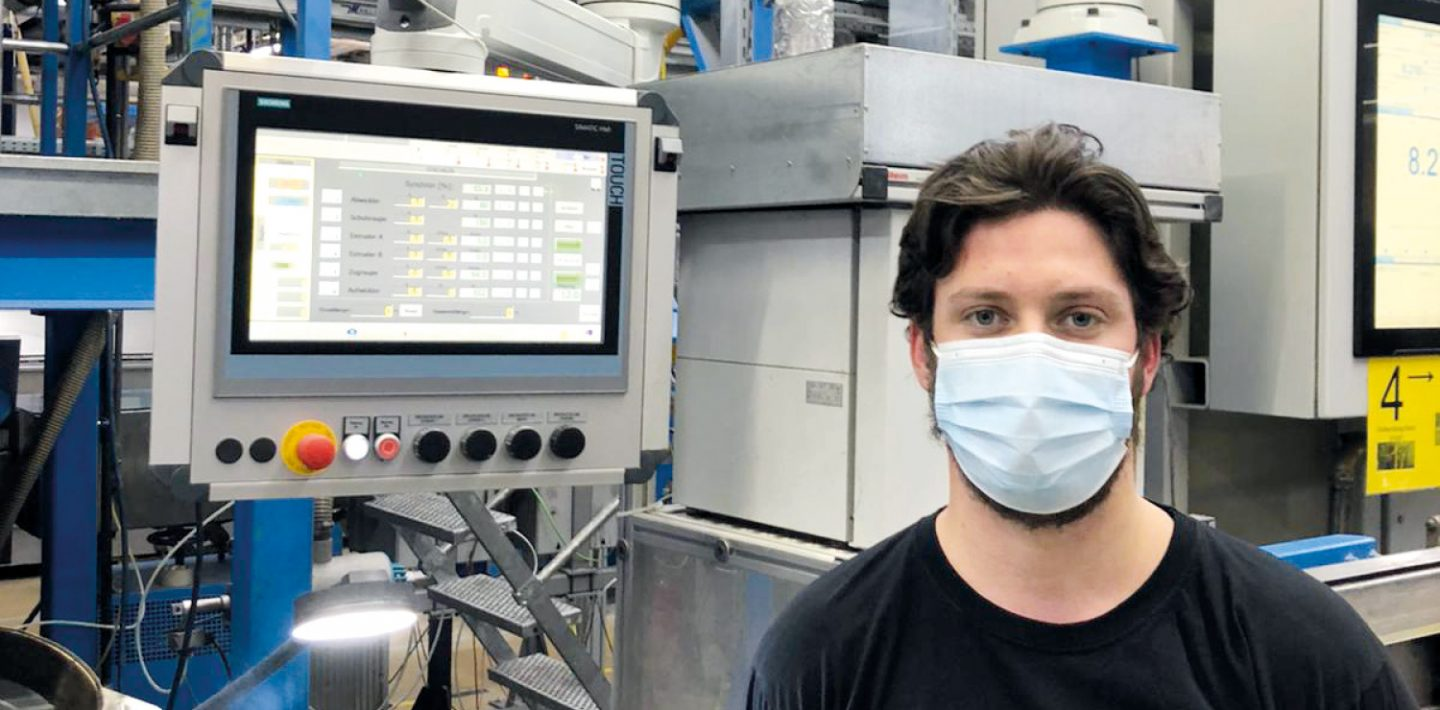 The picture shows Fabio Carrozza, production employee at Lapp GmbH Kabelwerke, at work in the factory hall.