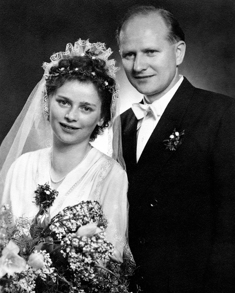 The picture shows the wedding photo of Ursula Ida and Oskar Lapp.