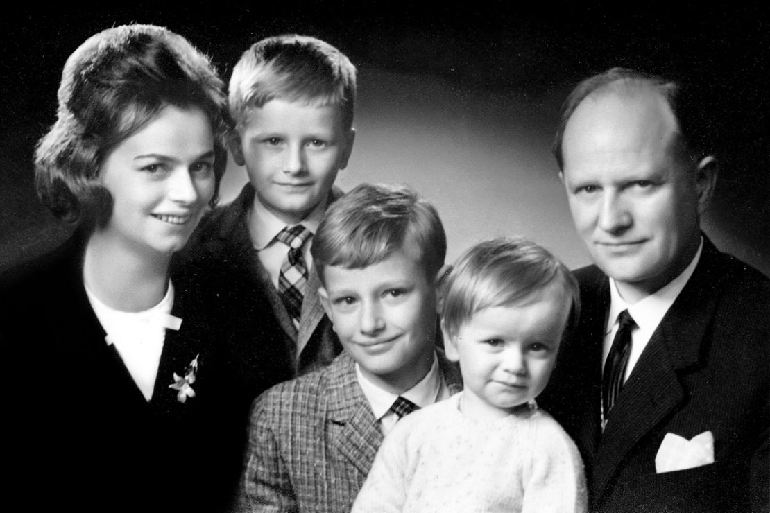 The picture shows a family photo of Ursula Ida and Oskar Lapp with their children Andreas, Siegbert and Volker.
