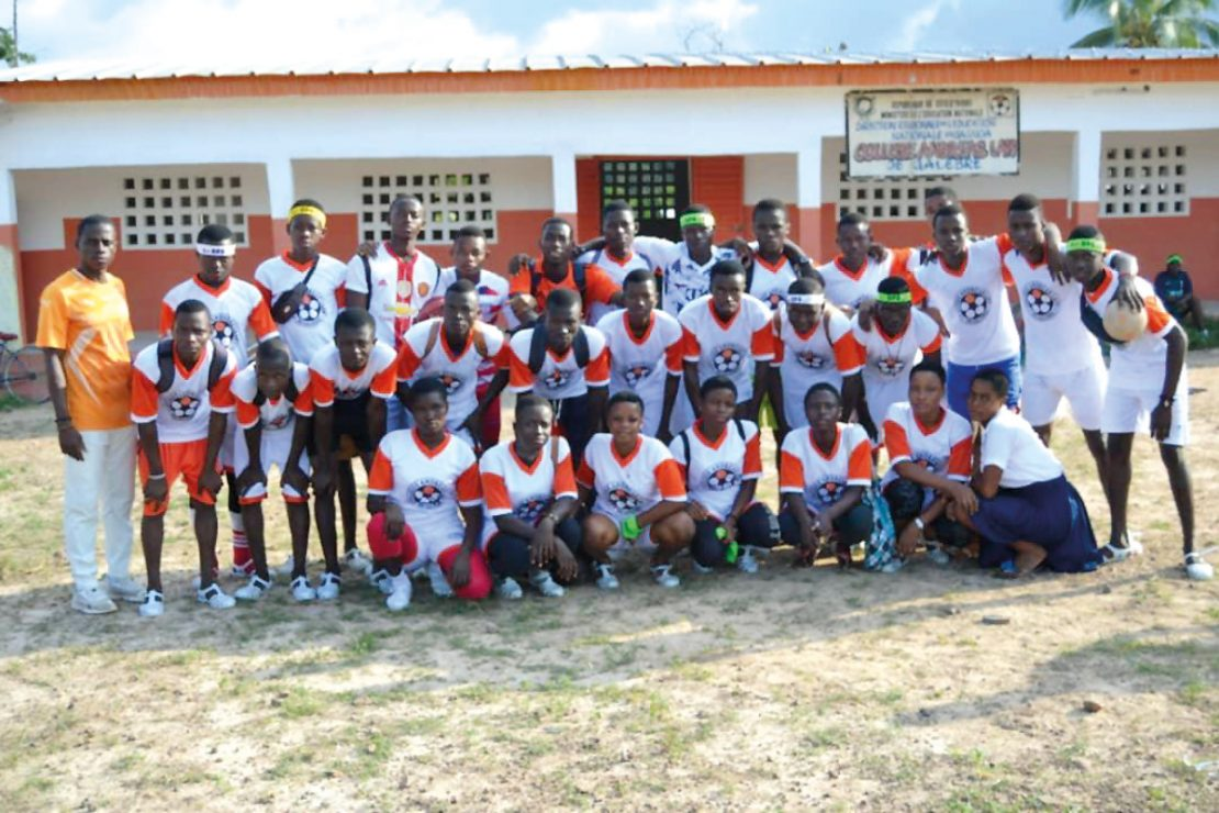 You can see a team picture of the football team of the Collège Andreas Lapp.