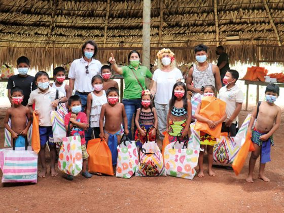 The picture shows children and helpers from the aid campaign by LAPP Panamá for virtual lessons for jungle children.