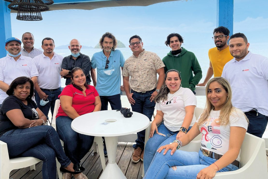 The picture shows the LAPP Panamá team on a balcony.