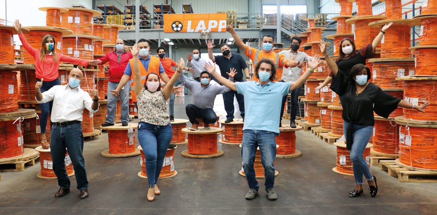 The picture shows the LAPP Panamá team with masks in the warehouse.